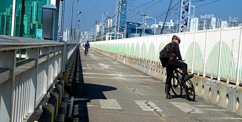 Cycling on Seoul bridge