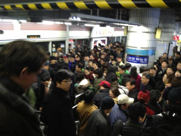 korea subway crowd