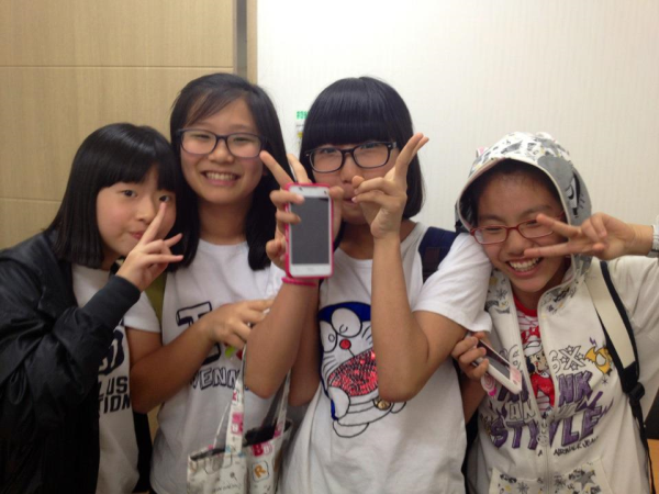 korean students peace sign